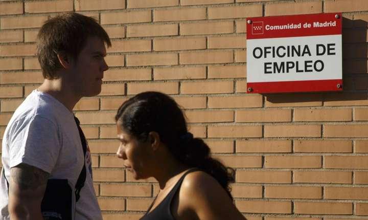 In fata unei agentii pentru ocuparea fortei de munca, Madrid, Spania