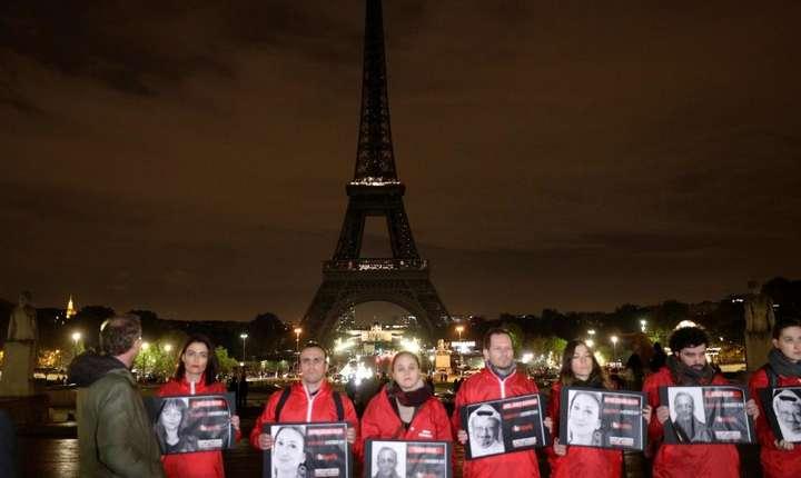 În fata unui simbolic Turn Eiffel neluminat, pot fi vazute portretele unor jurnalisti asasinati în ultimii ani, printre care Ghislaine Dupont si Claude Verlon omorâti în timp ce erau în misiune pentru RFI în Mali pe 2/11/2013.