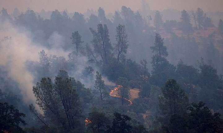 Incediul la nord de orasul Redding a cauzat decesul a doi pompieri, joi. Flacarile faceau ravagii si duminica, potrivit pompierilor.