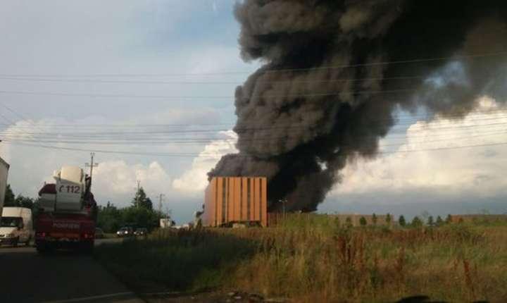 Flăcările depăşesc zece metri deasupra acoperişului