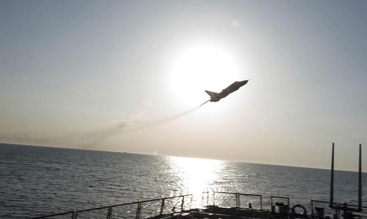 Avion rusesc de vânătoare, lângă un vas american de luptă (Foto: Reuters/US Navy/arhivă)