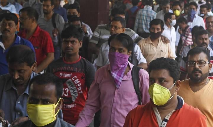Pasageri într-o gară de la Calcutta, India, pe 21 matie 2020.