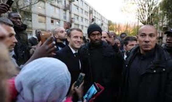Presedintele Emmanuel Macron în vizita la Clichy-sous-Bois, departamentul Seine-Saint-Denis, pe 13 noiembrie 2017.