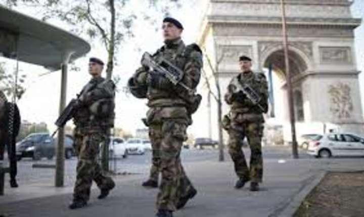Patrulă militară la Paris.