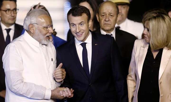 Primul ministru indian Narendra Modi primindu-i la New Delhi pe presedintele francez Emmanuel Macron si sotia sa Brigitte, 9 martie 2018.