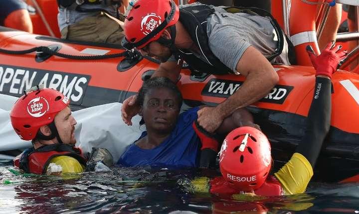 O imigrantă este salvată din apă de voluntarii ONG-ului spaniol Proactiva Open Arms-foto arhivă iulie 2018 (Foto: AFP/Pau Barrena)