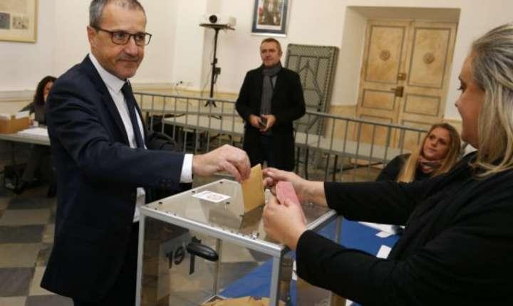 Jean-Guy Talamoni de la partidul independistilor din Corsica introduce buletinul sau de vot in urna în cadrul alegerilor teritoriale, 3 decembrie 2017, la Bastia