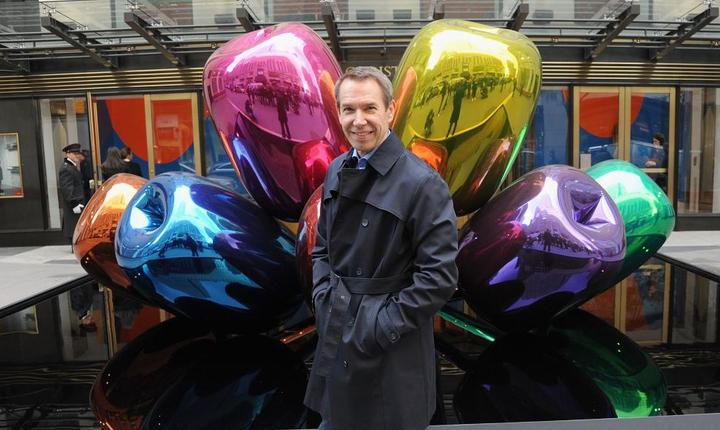 """Artistul american Jeff Koons pozeazà alàturi de """"Tulips"""" la New York, în 2012"""