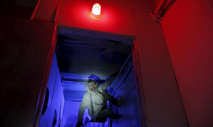 Un actor deghizat în zombie, în jocul S.T.A.L.K.E.R. (Foto: Reuters/Maxim Shemetov)