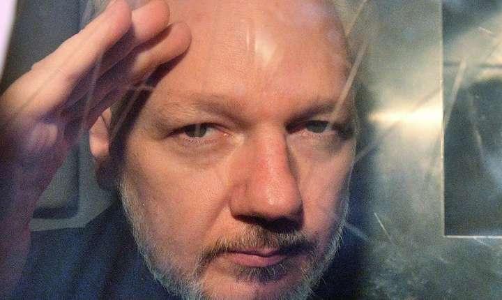 Julian Assange la fereastra unei furgonete ce îl ducea în închisoare, 1 mai 2019.