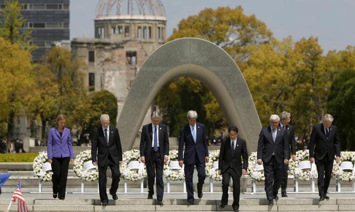 Secretarul de stat american John Kerry (în centru) înconjurat de omologii sài din G7 în fata cenotafului ridicat în memoria victimelor de la Hiroshima