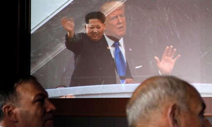 Secretarul de stat american Mike Pompeo si John Kelly, seful de cabinet de la Casa albà, în fata unei retransmisii a conferintei de presà a lui Donald Trump si Kim Jong-un de la Singapore, 12 iunie 2018