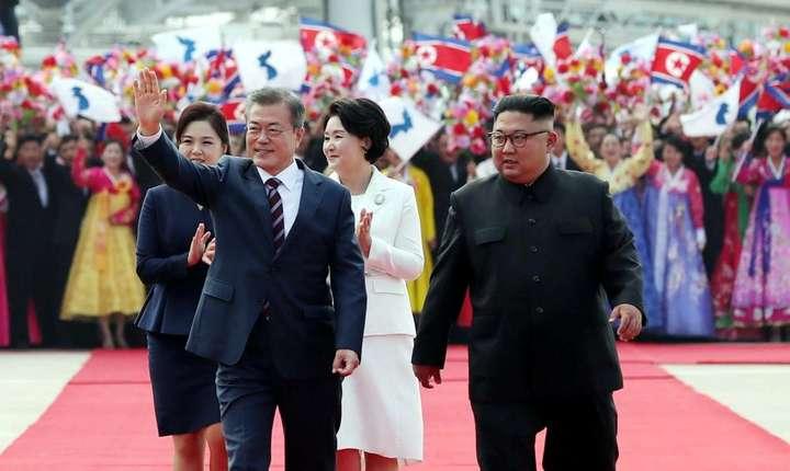 Presedintele sud-coreean Moon Jae-in si sotia sa întâmpinati în mare pompà la Phenian de Kim Jong-un, iubita sa, si sora sa Kim Yo-jong