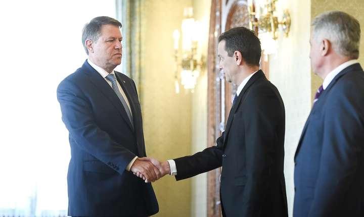 Preşedintele Klaus Iohannis îi primeşte la Palatul Cotroceni pe premierul Sorin Grindeanu şi ministrul Finanţelor, Viorel Ştefan (Sursa foto: www.presidency.ro)