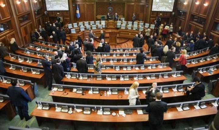 Alesii kosovari pàràsesc parlamentul pe 10 mai 2017