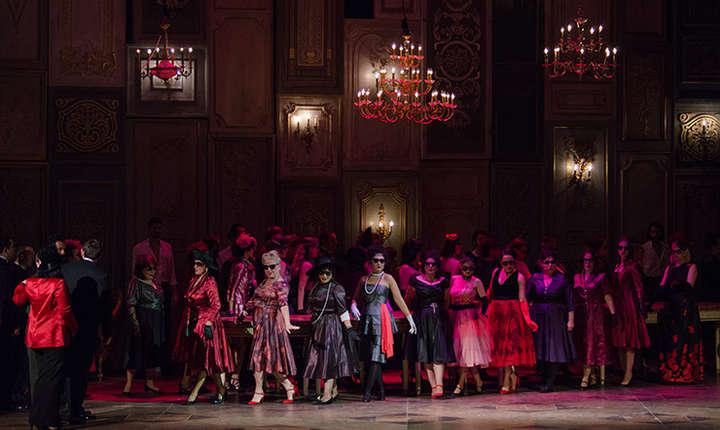Scena din spectacolul La traviata