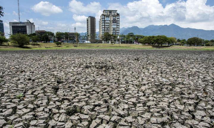 Lac secat din cauza secetei înregistrate în Parcul La Sabana din San José, Costa Rica, 14 mai 2019.