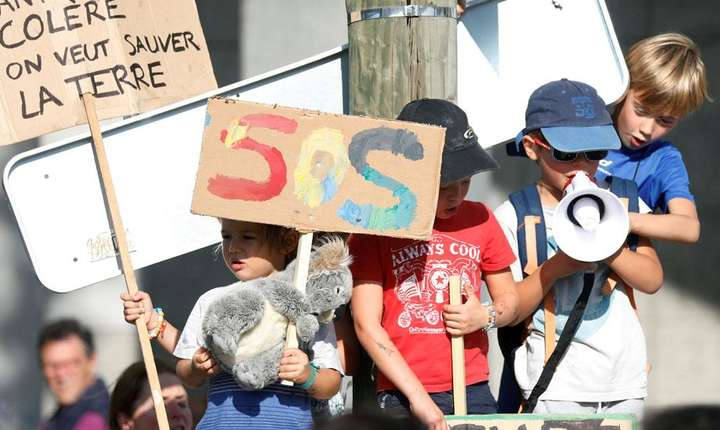 Paris, 21 septembrie 2019, copii aduşi de părinţii lor la o manifestaţie pentru reducerea poluării