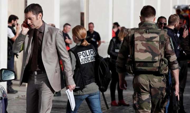 Anchetatori în actiune la Levallois-Perret, acolo unde a avut loc atacul cu masina contra unui grup de militari