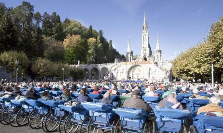 Slujbà la sanctuarul din Lourdes