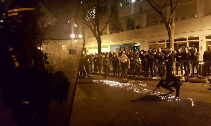 Luni, 27 martie, 150 de persoane s-au adunat in fata Comisariatului arondismentului 19 din Paris pentru a cere explicatii