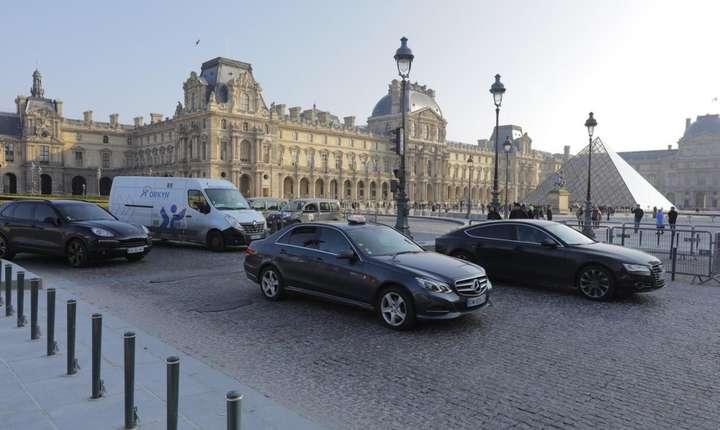 Place du Carrousel, din dreptul intràrii în muzeul Luvru, ar urma sà fie închisà traficului auto
