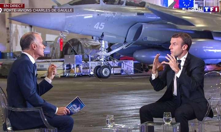 Presedintele francez Emmanuel Macron în hangarul portavionului Charles de Gaulle în timpul interviului acordat pe 14 noiembrie 2018 canalului de televiziune TF1