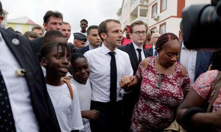 Presedintele francez Emmanuel Macron în mijlocul multimii din cartierul popular Orléans, Saint-Martin (Antilele franceze), 29 septembrie 2018