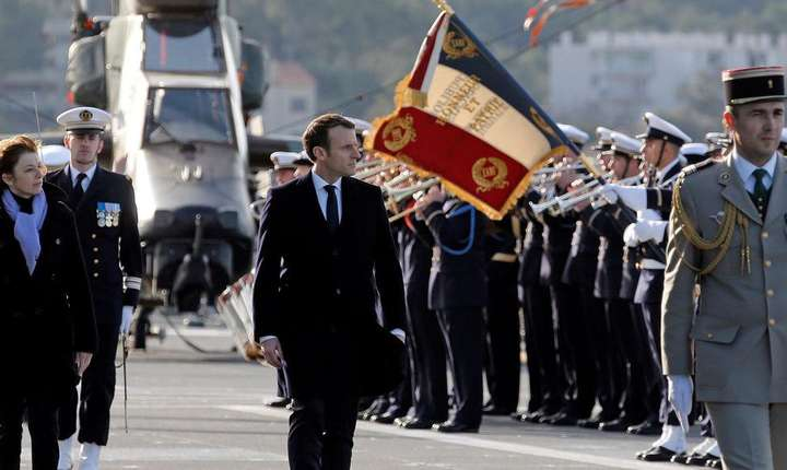 Emmanuel Macron, presedintele Frantei, si ministrul francez al Apàràrii, Florence Parly, trecând trupele în revistà în portul militar Toulon, 19 ianuarie 2018