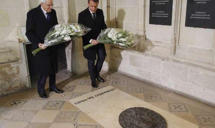 Preşedintele italian Sergio Mattarella şi omologul său francez Emmanuel Macron la mormîntul lui Leonardo da Vinci