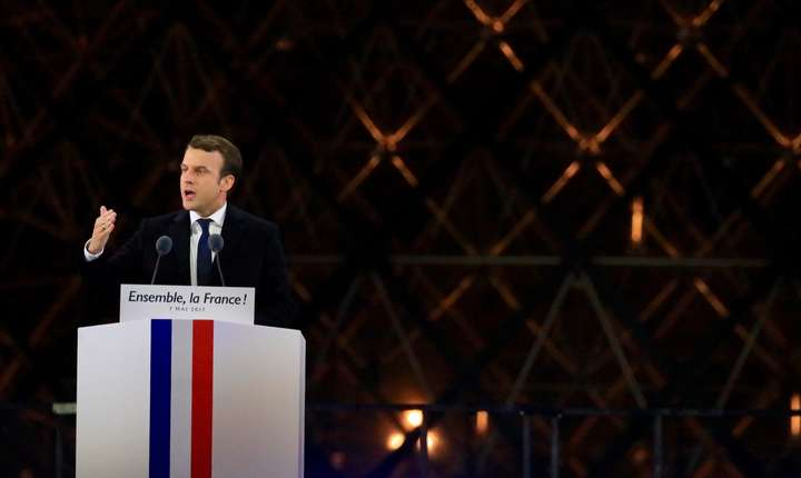 Emmanuel Macron, presedintele-ales al Frantei, în seara lui 7 mai 2017 adresându-se suporterilor sài adunati în fata piramidei de la muzeul Luvru