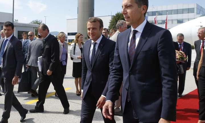 Emmanuel Macron, presedintele Frantei, întâmpinat pe aeroportul din Salzburg de cancelarul Austriei, Christian Kern, 23 august 2017