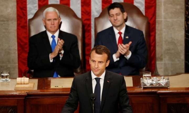 Președintele francez Emamnuel Macron aplaudat de vicepreședintele american Mike Pence și de președintele Camerei Reprezentanților Paul Ryan pentru discursul susținut în fața Congresului, miercuri 25 aprilie 2018.