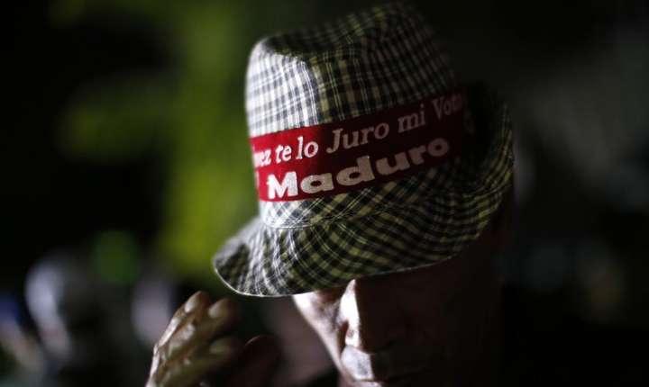 Partizan al lui Nicolas Maduro în fata palatului prezidential, 20 mai 2018