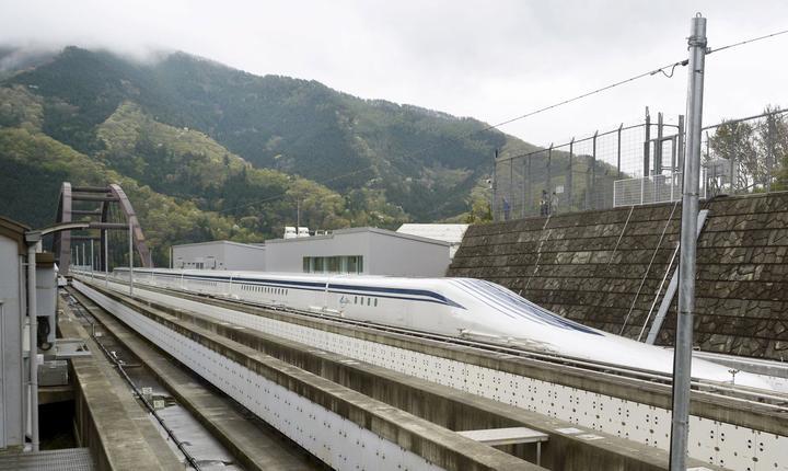 Trenul Maglev trecând în viteză peste un pod