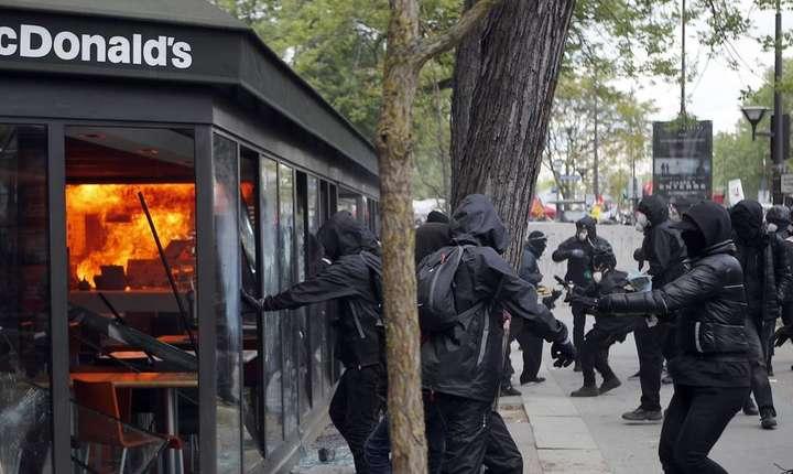 """Extremisti """"Black Blocs"""" distrug un restaurant McDonald's în marginea manifestatiei de 1 mai 2018 de la Paris"""
