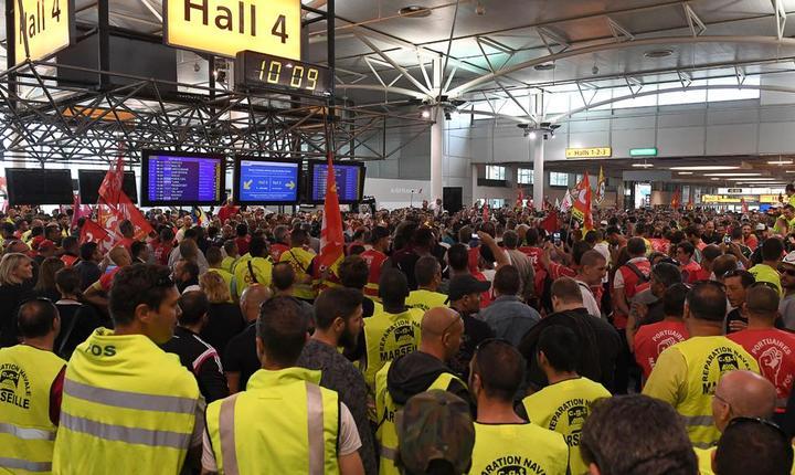 Manifestanti ai sindicatului CGT în holul aeroportului din Marsilia pe 27 mai 2016