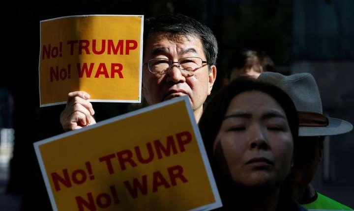 Manifestanti anti-Trump si anti-razboi în apropierea ambasadei americane de la Tokyo, 3 noiembrie 2017