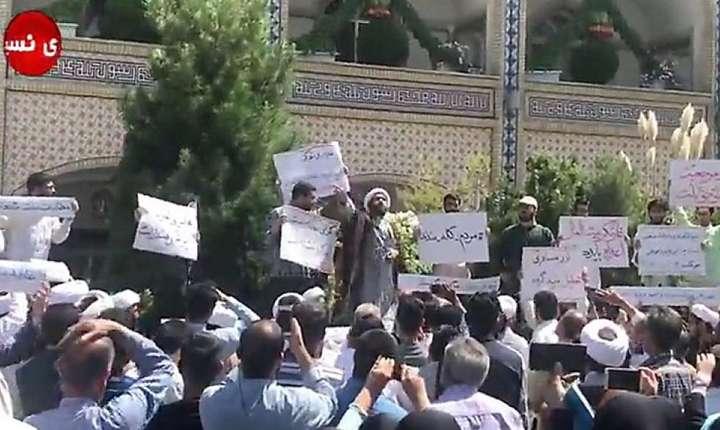 Manifestatii au avut loc în ultimele zile în mai multe orase iraniene. Putem vedea aici un protest la Mashhad, în provincia Khorasan Razavi.
