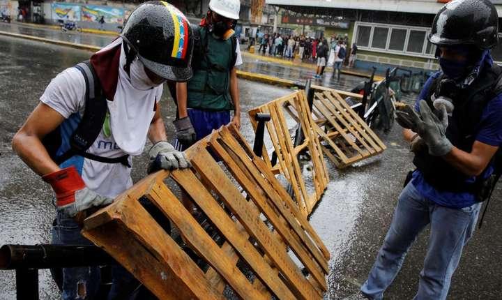 Manifestantii ridicau baricade în Caracas în ajunul grevei nationale de pe 20 iulie 2017