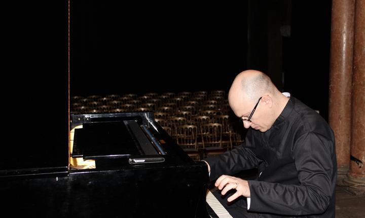 Matei Rogoz la pianul din sala bizantinà a ambasadei României din Paris