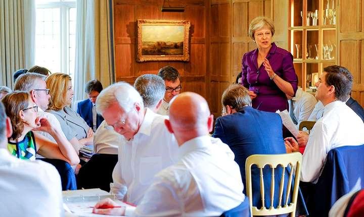 Theresa May prezintă miniștrilor săi planul cu privire la Brexit