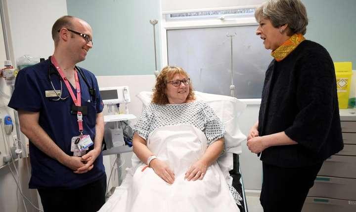 Theresa May în vizită într-un spital din comitatul Surrey