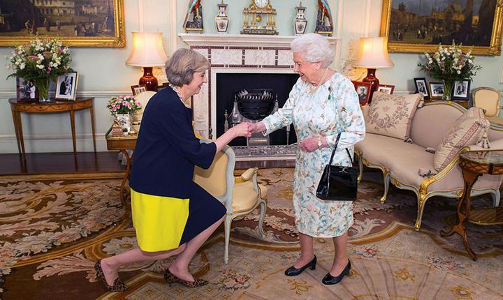 Regina Elisabeta a II-a și premierul Theresa May