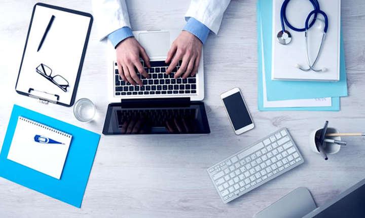 Medic la birou completând un abonament de sănătate