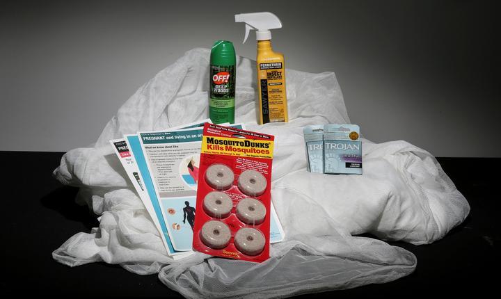 Echipament anti-Zika, incluzând plase de ţânţari, spray anti-ţânţari şi prezervative (Foto: Reuters/Carlo Allegri/arhivă)