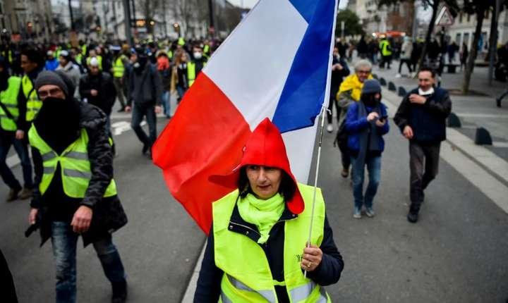 Membrii miscarii Vestele galbene protesteaza sambata de sambata, de la mijlocul lui noiembrie 2018, în Paris si in marile orase franceze.