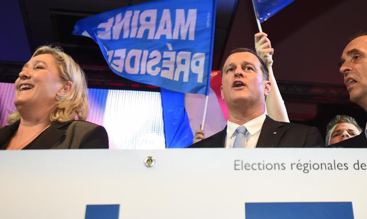 Marine Le Pen, presedinta Frontului national, partidul extremei drepte franceze, Louis Alliot, numàrul doi al miscàrii, si Robert Ménard
