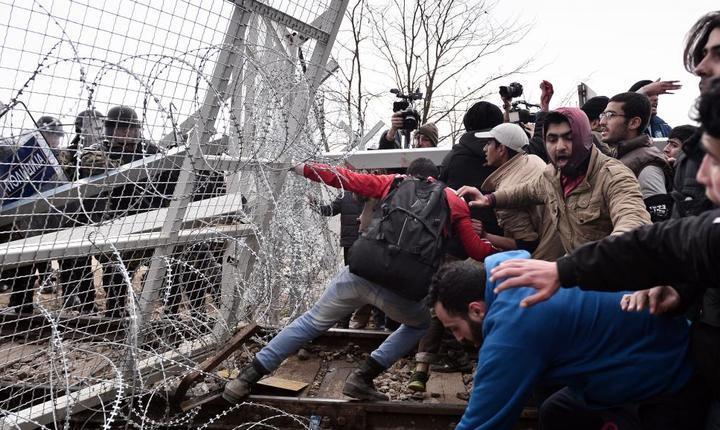 Migranti sirieni si irakieni încearcà sà treacà cu forta granita dintre Grecia si Macedonia, 29 februarie 2016