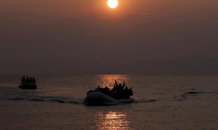 O ambarcatiune cu migranti la bord se apropie de tàrmul insulei grecesti Lesbos în zorii zilei de 20 martie 2016